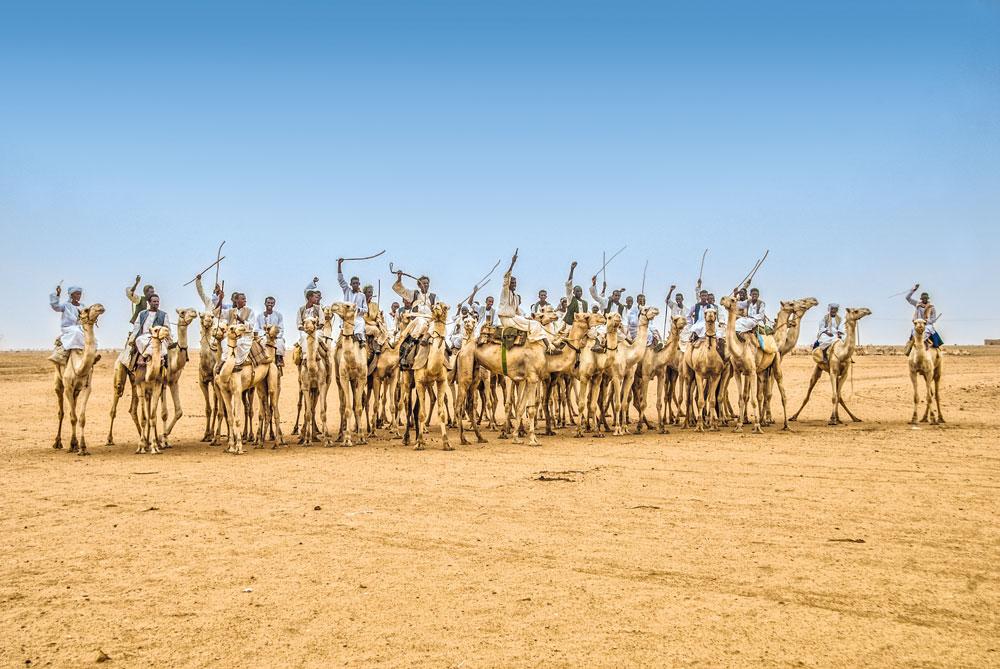 Bedscha Nomaden mit traditionellen Schwertern