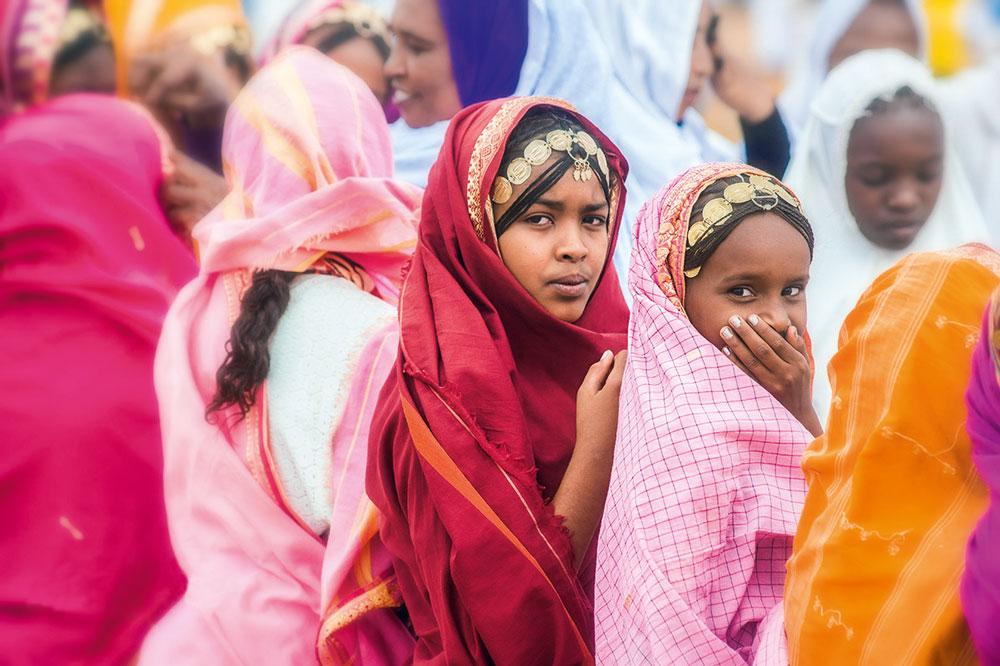 Sudanesische Mädchen in farbenfroher Tracht